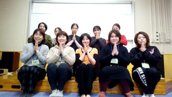 尼崎市の小学校で椅子ヨガ