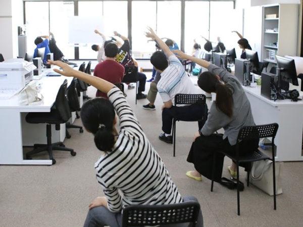就労移行支援施設で椅子ヨガ