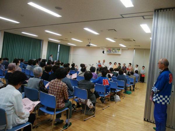 老人福祉施設の発表会で椅子ヨガ